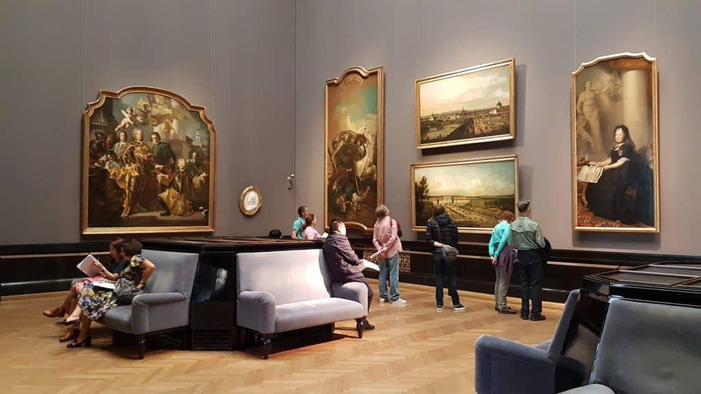 Зрители в экспозиции картинной галереи Музея истории искусства. Фото Юлии Абрамовой, 2019