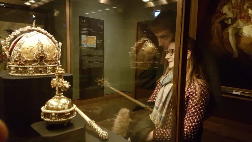 Зрители перед витриной с регалиями Австрийской империи Экскурсия сокровищница
