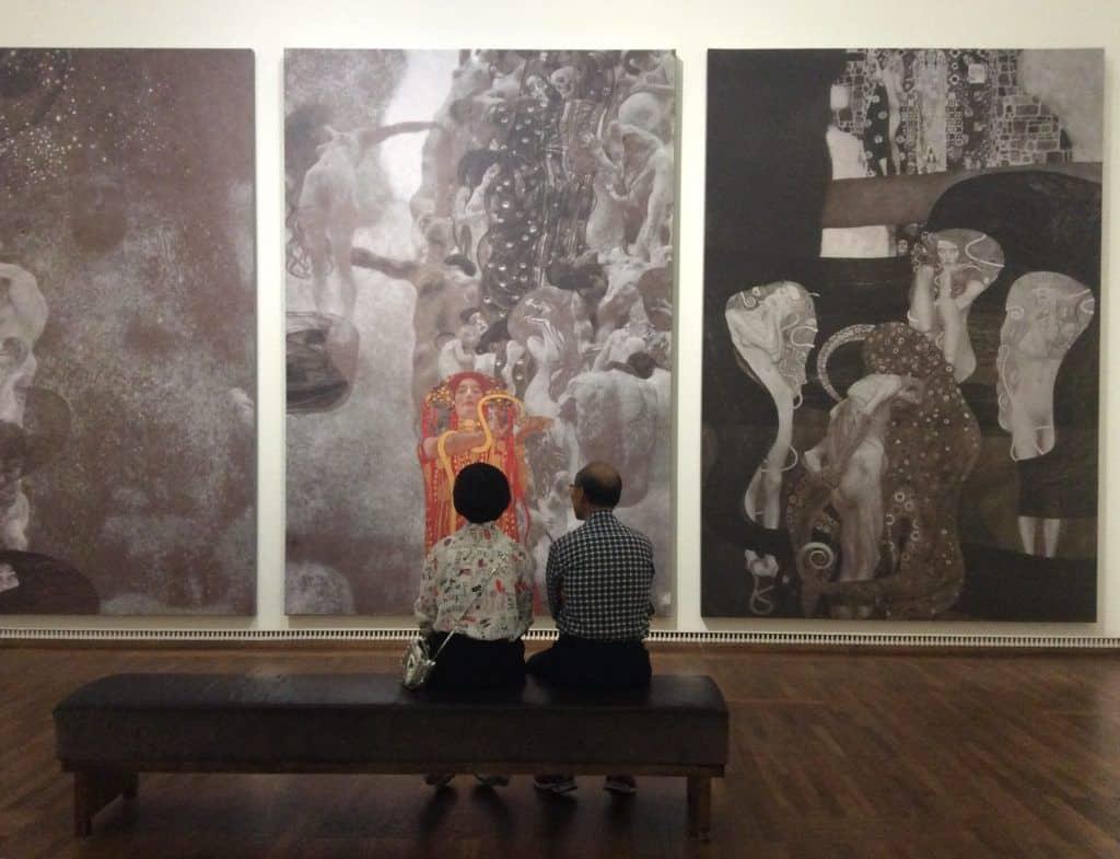 Зрители перед реконструкцией факультетских картин в Музее Леопольда: Art with me! e.U., 2019