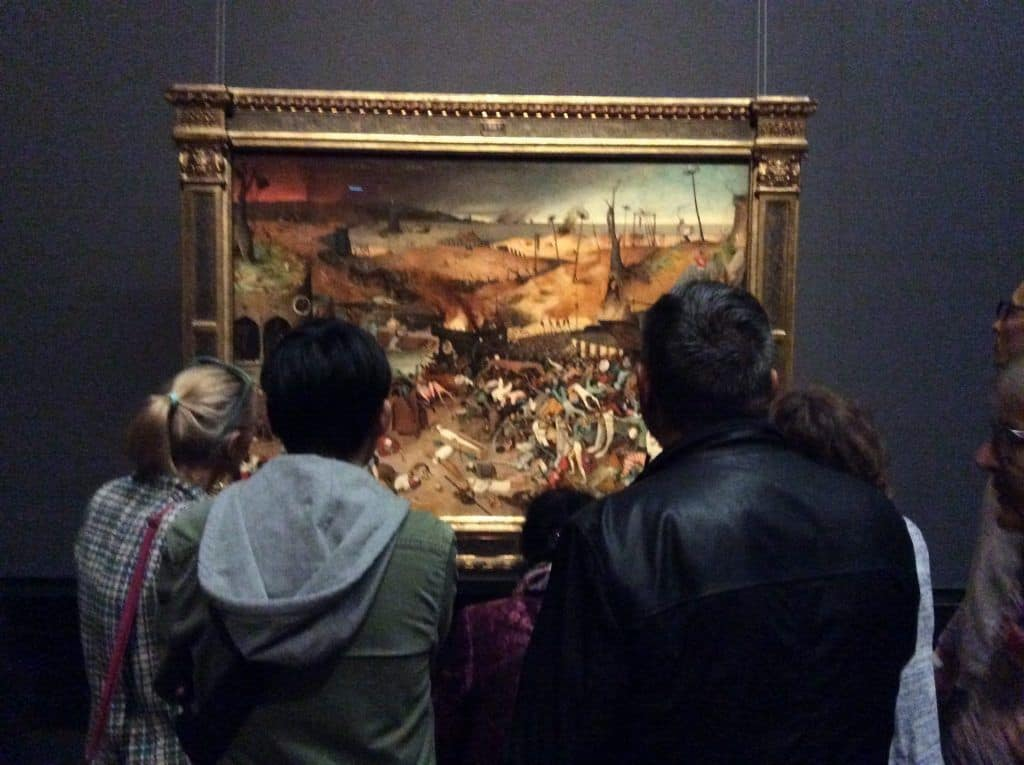 """Зрители перед картиной """"Триумф Смерти"""" на выставке Питера Брейгеля в 2019 году. Фото: Art with me! e.U., 2019"""
