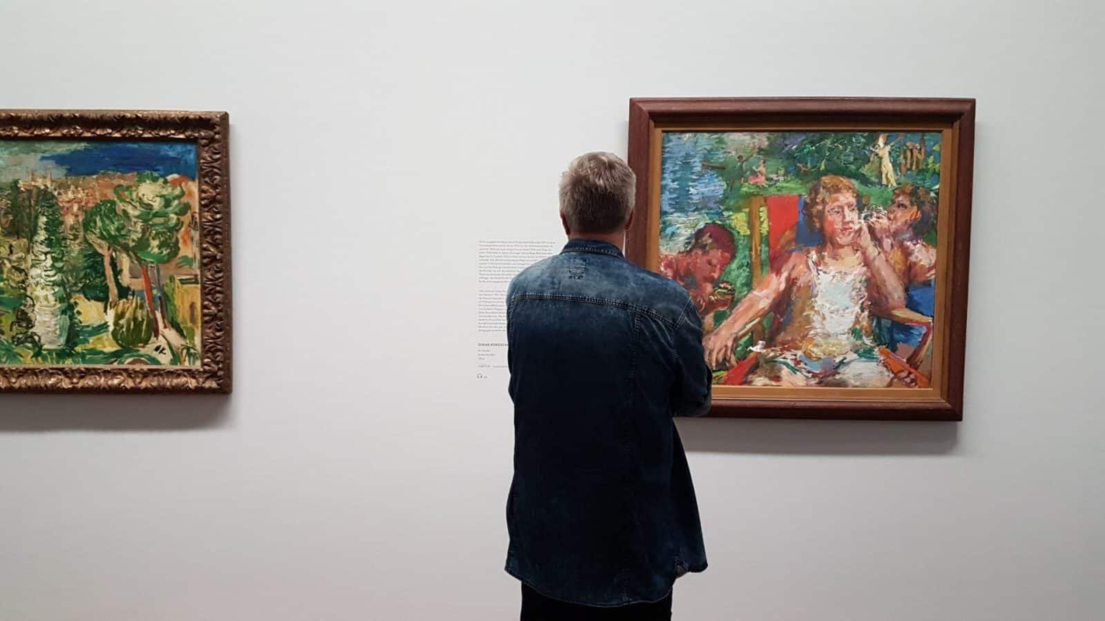 Зритель перед картиной Оскара Кокошки в Альбертине. Фото: Art with me! e.U., 2018