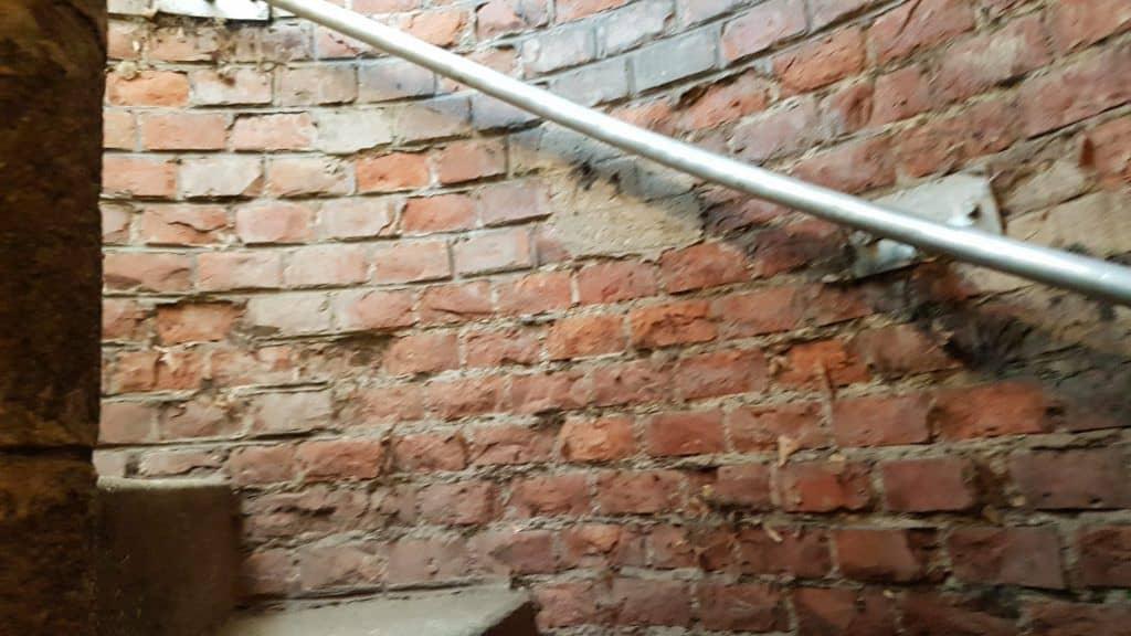 """Лестница, по которой вслед за героями фильма """"Третий человек"""" участники экскурсии спускаются в венскую канализацию. Фото Юлии Абрамовой, 2019"""