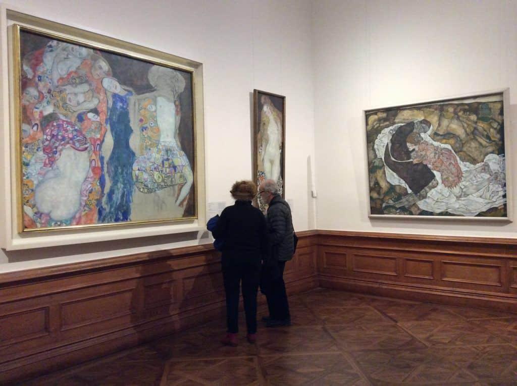 Зрители в зале картинами Густава Климта и Эгона Шиле в Верхнем Бельведере. Фото: Art with me! e.U.