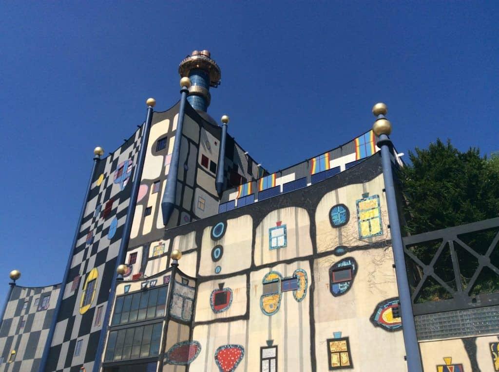 Мусороперерабатывающий завод, оформленный Хундертвассером в Вене. Фото: Art with me! e.U., 2019