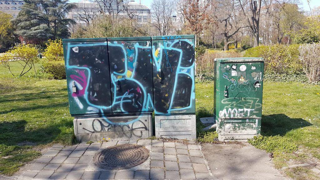 Ящики системы городской коммуникации . Объект экскурсии Ugly Vienna. Art with me! e.U., 2019
