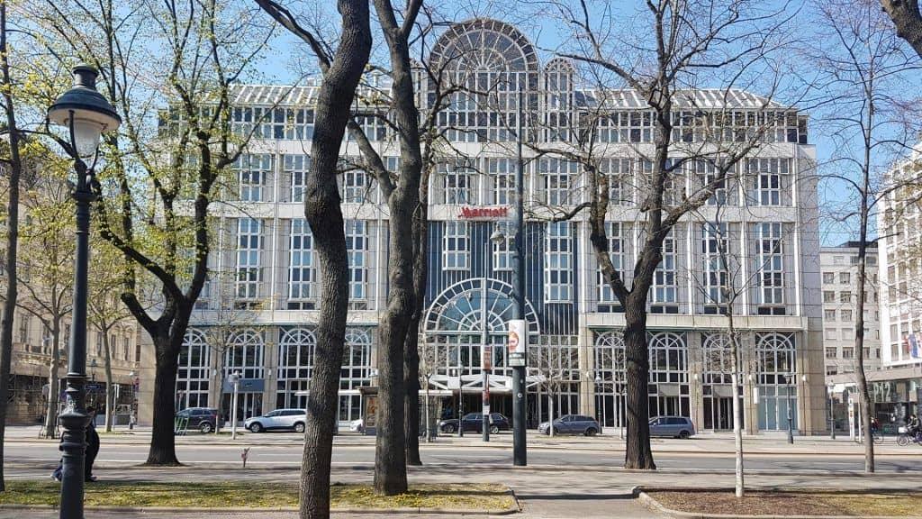 Фасад отеля Мариотт на Ринге. Объет экскурсии Ugly Vienna. Art with me! e.U., 2019