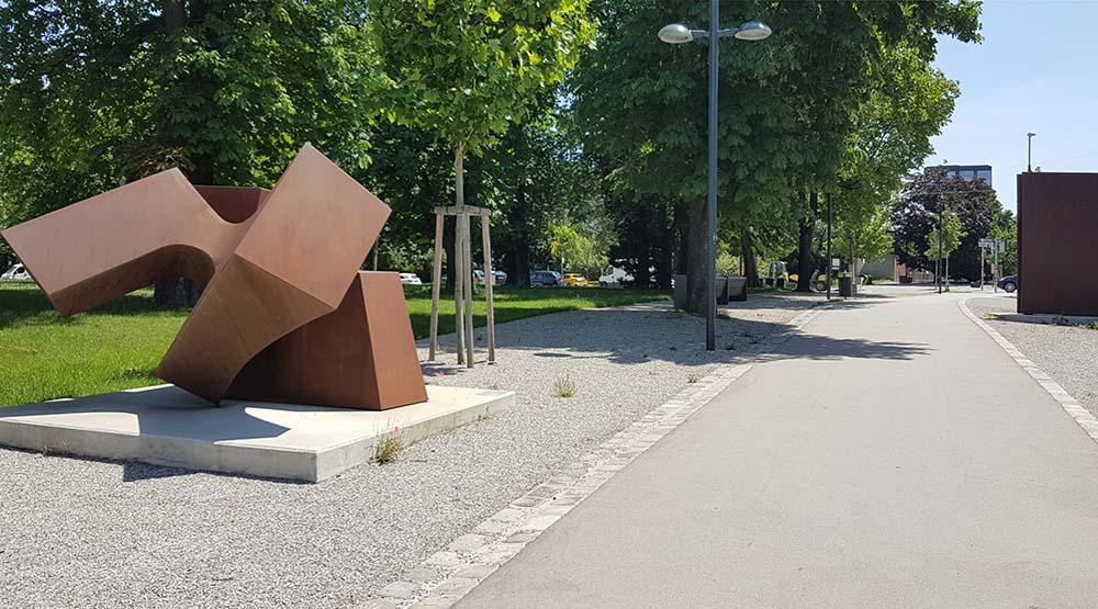 Галерея современной скульптуры начинается от остановки электрички Quartier Belvedere и ведет посетителя прямо ко входу в музей. Фото Art with me! e.U., 2020