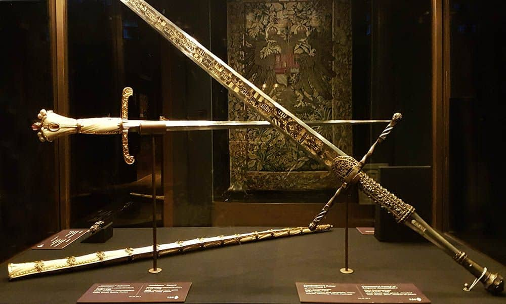 Showcase with swords from the Burgundian Inheritance Photo: Art with me! e.U., 2019